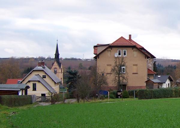 Das 1903 gebaute, zweite Nöbdenitzer Schulgebäude (rechts).