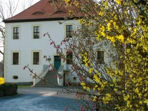 Das Gemeindeamt Nöbdenitz befindet sich im ehemaligen Herrenhaus des Ritterguts Nöbdenitz.