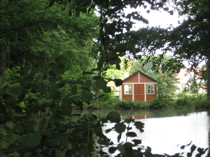 Nach über 60 Jahren baute der Ortsverschönerungsverein Nöbdenitz 2006 das historische Teehäuschen zwischen den Teichen wieder auf.
