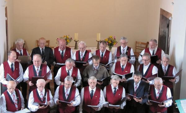 Der Männerchor Lohma-Nöbdenitz bei einem Auftritt in der KIrche Nöbdenitz (Foto: Wolfgang Göthe).