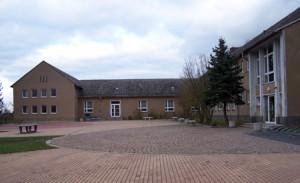 Schulhof und Turnhalle der Regelschule Nöbdenitz