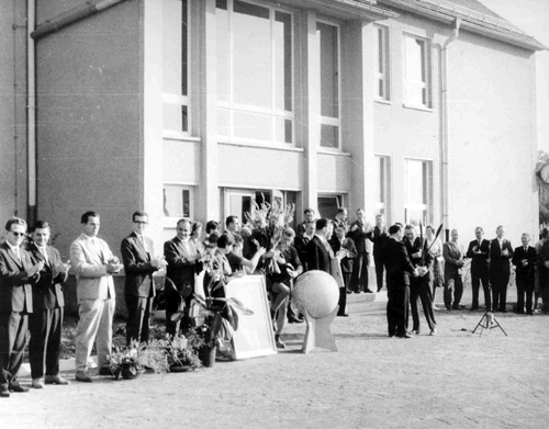 Historisches Bild von der Einweihung des Schulgebäudes in der Waldstraße.