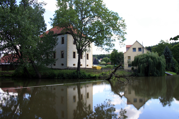Kindertagesstätte Nöbdenitz (rechts) in idyllischer Lage an den Nöbdenitzer Teichen