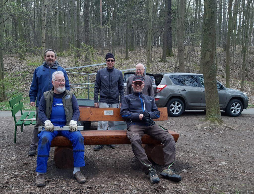 Der Ortsverschönerungsverein Nöbdenitz hat nach dem Winter wieder gemütliche Sitzgelegenheiten aufgestellt.