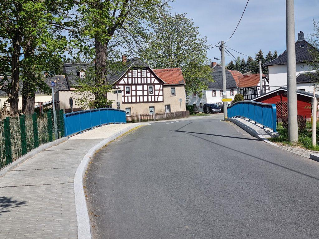 Brücke Nöbdenitz - nun mit blauem Geländer (Foto: Erich Zapp)