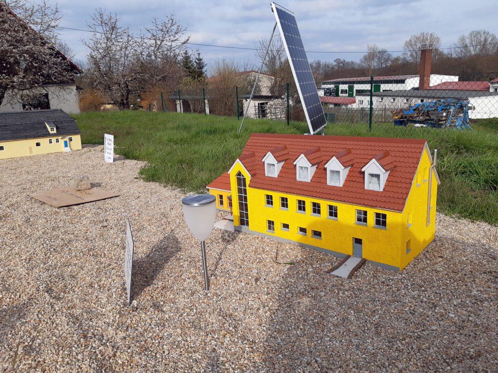 """Das Modelldorf """"Klein Nöbdenitz"""" wird mit Hilfe einer Photovoltaik-Anlage beleuchtet."""